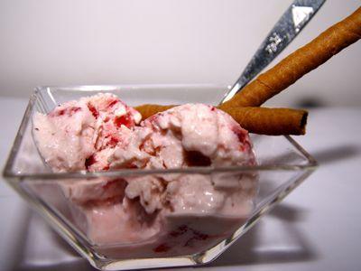 Dit aardbeien yoghurt ijs recept is werkelijk super lekker, gezond en eenvoudig om te maken. Het ijs is heerlijk fris van smaak door de aardbeien en yoghurt, omdat we halfvolle yoghurt en ook halfvolle gecondenseerde melk gebruiken is het ook voor diegene die aan de lijn moeten denken een heerlijk vetarme traktatie. In dit recept voeg ik wat suiker toe, want s' winters zijn de aardbeien minder zoet. In de zomer kan de suiker weggelaten worden.__