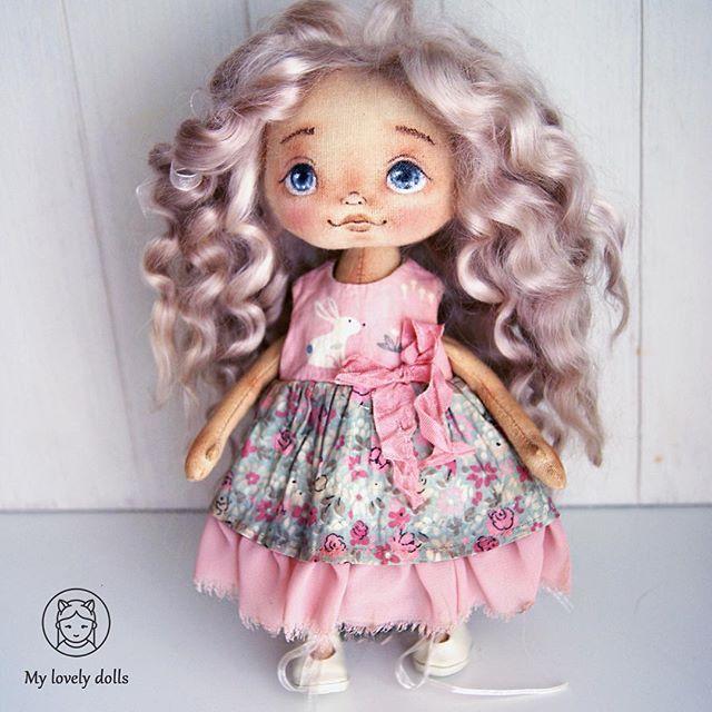 Иногда образ куклы рождается прямо таки в процессе сначала задумывалась блондиночка, и этот цвет волос называется блонд вот такой получился розоватый оттенок, но он мне очень понравился, и в голове сразу нарисовался нежный образ куколки Получилась сероглазая малышка с зайкой на платьишке