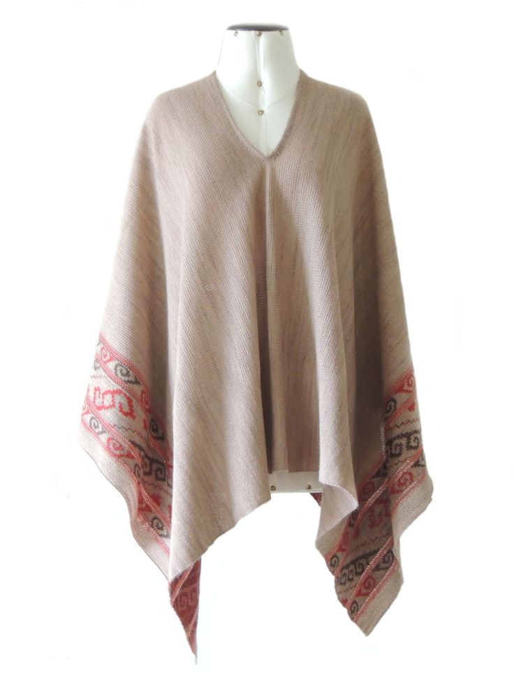 Cape / poncho beige jacquard knitted beige / gray pattern made in 100% baby alpaca. Ideal for autumn, winter and spring this beautifully executed poncho, made of luxury baby alpaca with ethnic pattern on the board.
