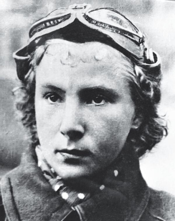 """Doce derribos a los 21 años. Con solo 21 años, la moscovita Lilya Litvyak ya había derribado 12 aviones enemigos. Destacó en la defensa de Stalingrado. Desapareció en la batalla de Kursk, en 1943. A ella y a sus compañeras aviadoras, los alemanes las llamaron """"Las brujas de la noche"""""""