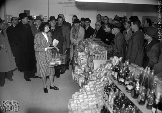 Supermarché self-service. Paris, 1947.
