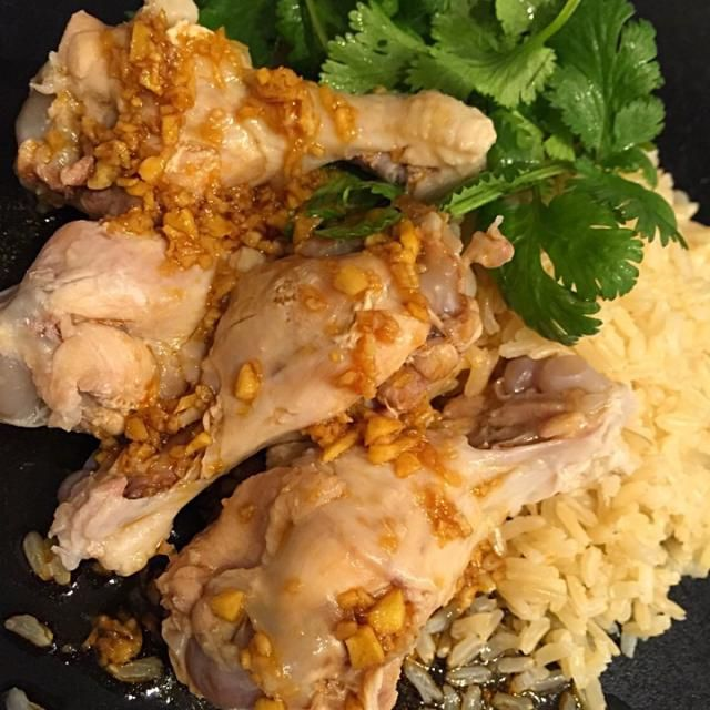 圧力鍋で鶏肉を仕込んだスープでジャスミンライスを炊いた本格派❤️ 胸肉が無かったので手持ちのドラムスティックで✨ - 11件のもぐもぐ - シンガポールチキンライス 海南鶏飯 by tmk