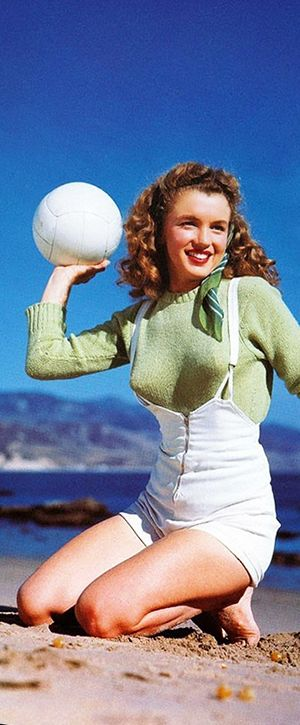 1945: Marilyn Monroe – Norma Jeane – at the beach with a volleyball …. #marilynmonroe #pinup #monroe #marilyn #normajeane #iconic #sexsymbol #hollywoodlegend #hollywoodactress #1940s