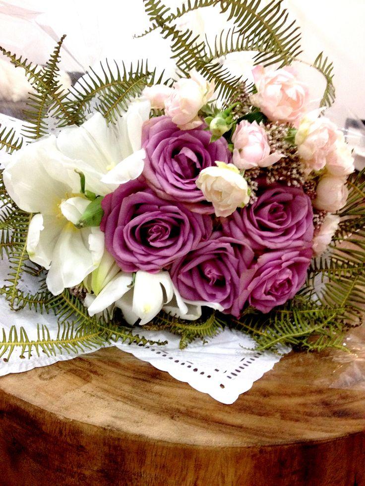 Bouquet de rosas, tulipa e samambaia