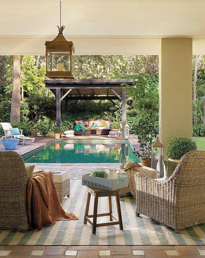 Terraza con jardín y piscina