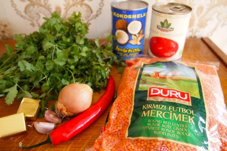 Rode linzensoep met kokosmelk. Ingrediënten:  • 300 gram gedroogde rode linzen • 1 blik gepelde tomaten • 1 blik kokosmelk • 1 rode peper • 1 ui • 2 teentjes knoflook • 1 bosje koriander (voor de garnering) • 2 groentebouillon blokjes • 1 theelepels korianderpoeder • 2 theelepels kerriepoeder • 2 theelepel komijnpoeder • 1 theelepel kurkuma • peper en zout naar smaak • snuf kaneel