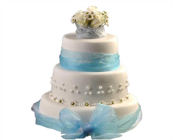 Svatební dort 28 Třípatrový svatební dort, o rozměrech 18 cm, 24 cm a 32 cm, obalen fondánem, dozdoben saténovými stuhami, královskou glazurou a kombinací růží a santinek