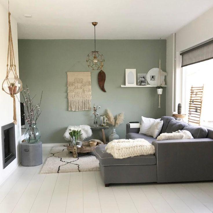 Mały pastelowy salon z szarą sofą