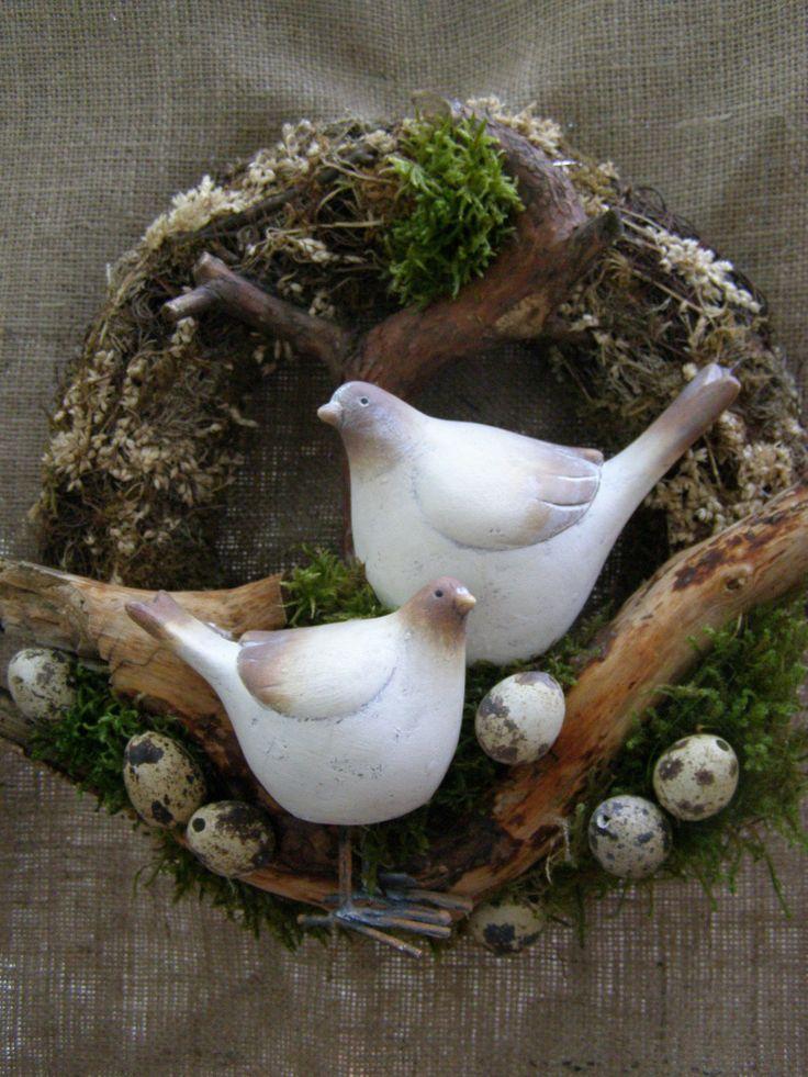 Jarozvěsti Jarní či velikonoční věnec o průměru 30 cm s keramickými ptáčky a křepelčími vajíčky.
