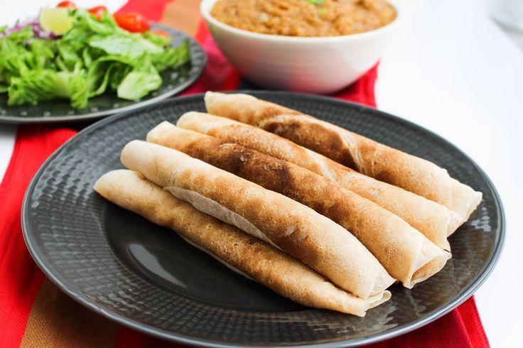 """Injera är ett surdegstunnbröd som påminner om pannkakor. Det är ett givet tillbehör till grytor i Etiopen och Eritrea. Injera är egentligen inte något du snabbt slänger ihop, smeten ska helst jäsa i några dagar tills det bildas ett surdeg. Man ska även använda en mjölsort som heter """"teff"""" som ger brödet en god smak och sin fina konsistens. Konsistensen på riktig injera är fluffig och svampaktig på något vis. Fantastisk bröd med syrlig smak. Mitt recept är egentligen inte ett """"äkta""""…"""