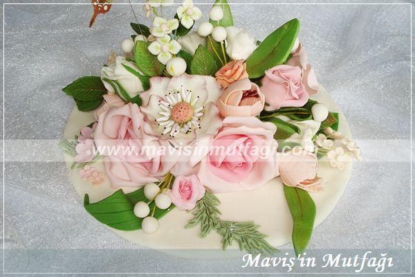 Söz,nişan gibi özel günleriniz için pasta üzerine farklı renklerde ve farklı çiçeklerle süslemeler hazırlanabilir.