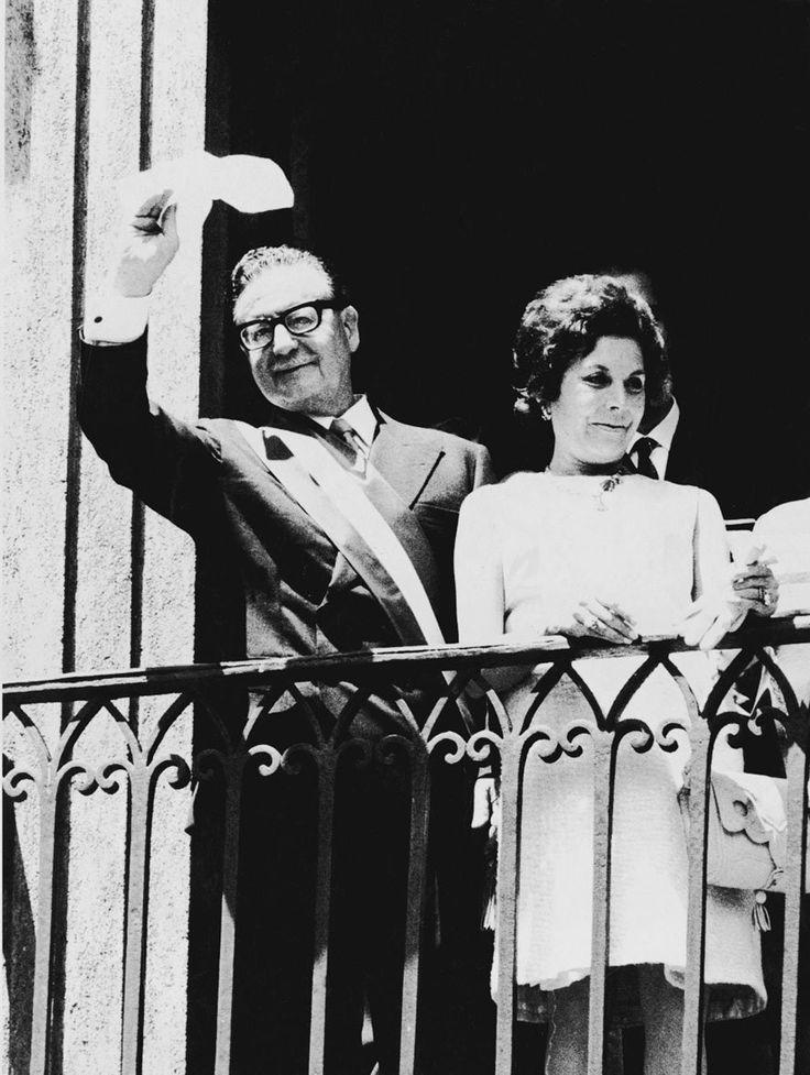 presidente electo Salvador Allende y primera dama Hortensia Bussi saludando al pueblo desde el balcon del palacio de la moneda