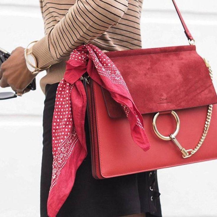 A bolsa do dia a dia pode ficar bem mais interessante com um truque de styling fácil de ser feito: basta amarrar um lenço ou bandana (alerta tendência!) em uma das alças e arrasar.
