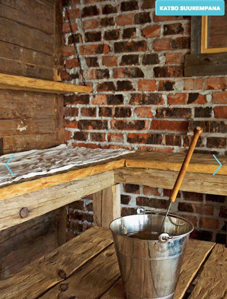 Rouhea sauna tiiliseinä ja lauteet