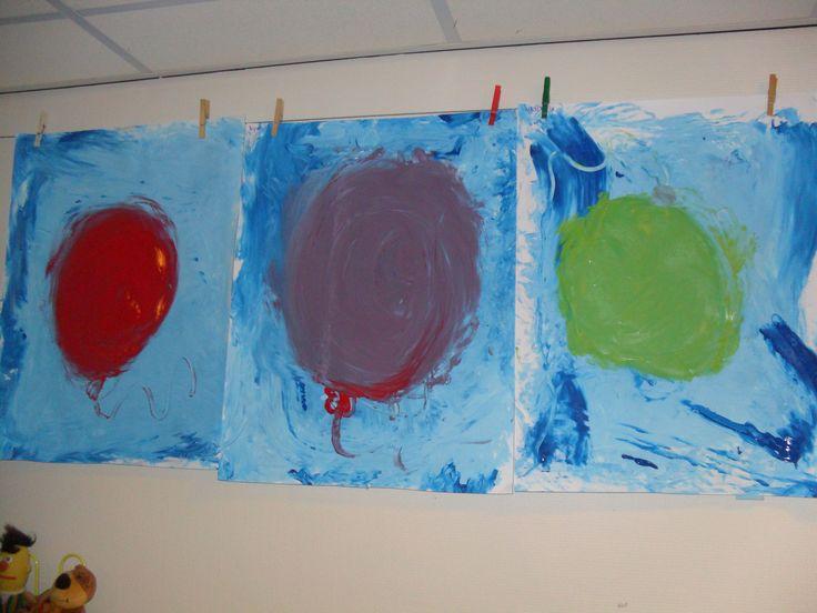 """Als inleiding kan je het verhaal van """" De ballon van uil"""" voorlezen. Neem verf en een groot vel papier (A2) en spuit verf direct uit de fles op het papier (wit en blauw) de kinderen mengen de verf met hun handen. Daarna kiezen ze een kleur voor de ballon.Ze beginnen met een klein rondje (met 1 vinger) en blazen steeds hun ballon een beetje groter (ze gebruiken aan het eind hun hele hand)."""