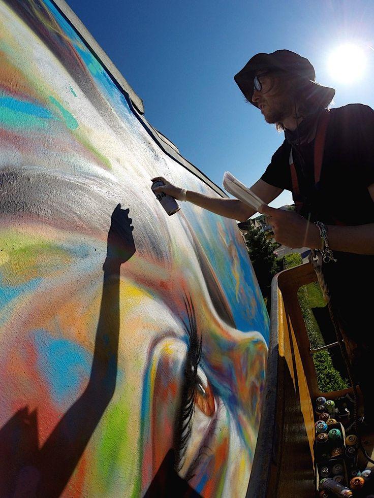 Porträt in allen Farben des Regenbogens: Mural von David Walker  Für das Wall Street Art Festival in Lieusaint hat der britische Street Artist David Walker das Porträt einer Frau farbenfroh an die Wand gebracht....