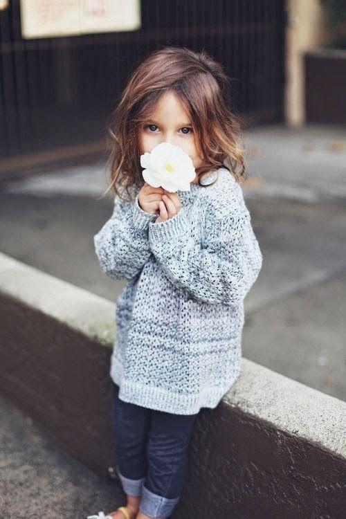 Cute Girls Outfits: grijze gebreide tuniek, trui, donkerblauwe jeans, denim, witte schoenen