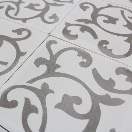 Un carreau ciment motifblanc cassé, travaillé main, idéal pour la cuisine et la salle de bain   Un carreau ciment fabriqué à la main par un artisan qualifié.    Carreau cimentauthentique   Pressé à la main   Bords rectifiés   Robuste   Traitement impératif avec l' anti-tâche MN Fleckstop pour protéger le carreau