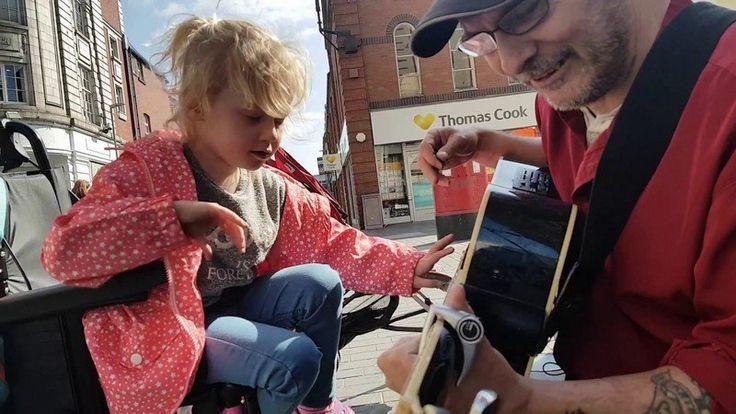 Добрый уличный музыкант помогает девочке с тяжелой формой аутизма впервые «сыграть» на гитаре