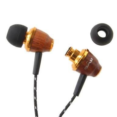 木製のイヤホン。重低音に強いらしい。