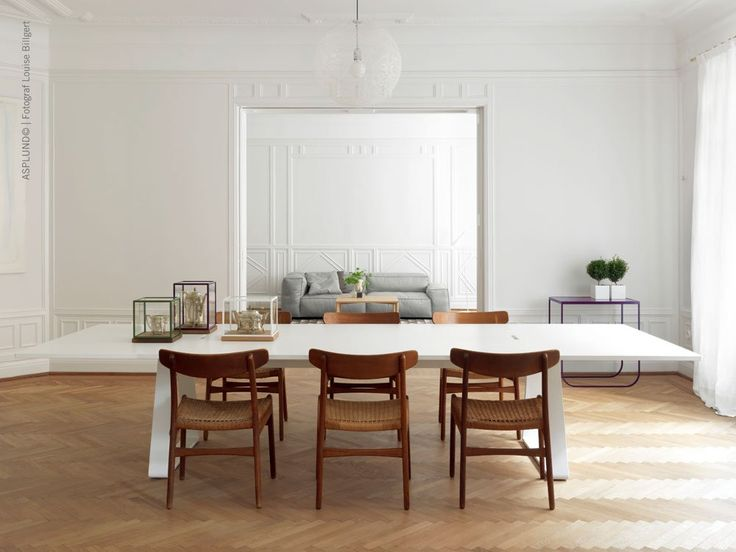 Bermuda, ett stilrent matbord formgivet av Thomas Eriksson för Asplund. Serien Bermuda, som består av matbord och skrivbord, har rejält tilltagna ytor och kännetecknas av sina triangelformade ben. Underredet är tillverkat i lackad metall och skivan i strukturlackad MDF. Bermuda matbord finns i två utföranden; White och Storm Grey. Välj dessutom bredd mellan 200, 240 och 280 cm.