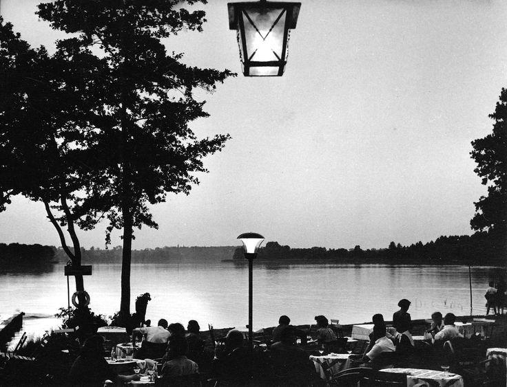 Verlängerte Uferpromenade, Kladow, 1952.                  Blick aus dem seinerzeit von Willy Ludwig geführten Ausflugslokal Strandbaude auf den Groß Glienicker See.