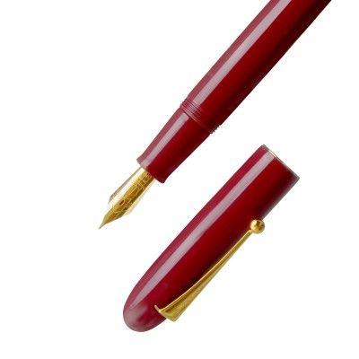 Le stylo-plume Empereur Vermillon est le plus grand modèle chez Namiki : réalisé en ébonite revêtue de laque japonaise Urushi de couleur vermillon.