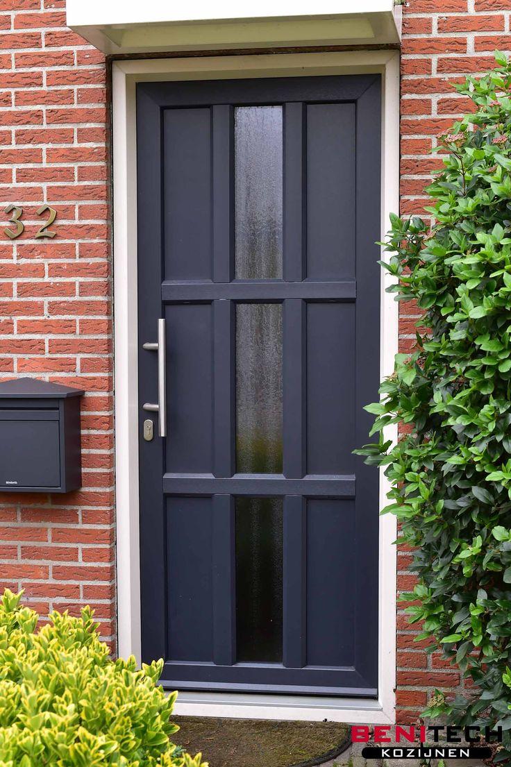 Een donkerblauwe kunststof voordeur verzwaard met staal geplaatst door Benitech Kozijnen.