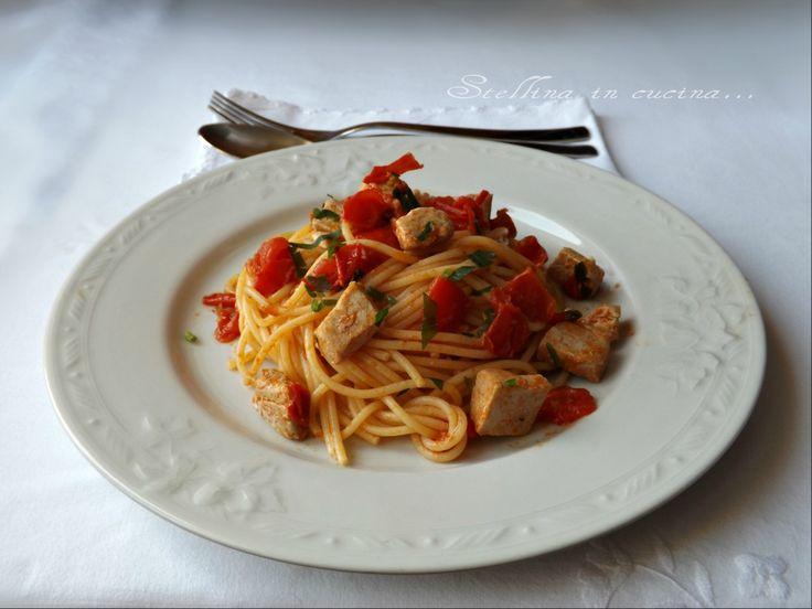 Gli spaghetti con tonno fresco e pomodorini, sono un primo piatto saporito e veloce da preparare, perfetto da gustare di ritorno dalla spiaggia