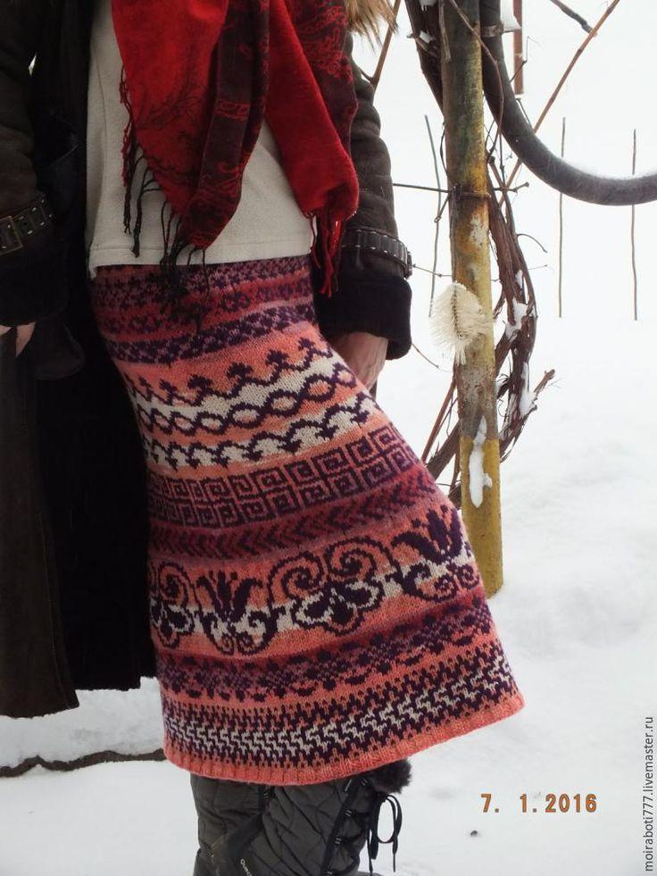 Моя первая вязаная юбка. Да еще и в жаккардовой технике... До сих пор вязала многое, а в юбках не было необходимости. А тут очень захотелось зимнюю теплую юбочку, жаккард подошел лучше всего, потому что юбка двойная получается! Подготовительная работа заняла немало времени... Нужно было понять, в каком стиле вязать, какая будет модель, узоры, их расположение... Все как обычно.