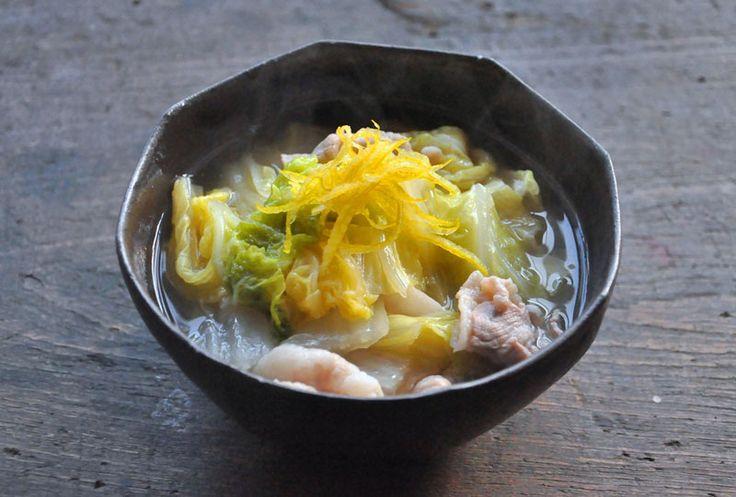 いちばん丁寧な和食レシピサイト、白ごはん.comの「白菜と豚バラの煮物/和風スープ仕立て」のレシピページです。作り方はいたって簡単。白菜と豚バラ、調味料を鍋に入れてぐつぐつ煮込むだけ!スープたっぷりの煮物なので、土鍋で作ると冬の食卓にぴったりのおかずとなります。