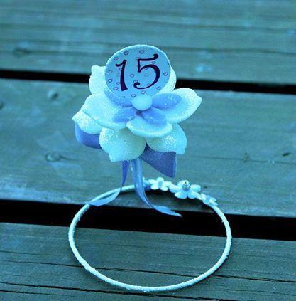Delicado souvenir para 15 años, fabricado en alambre y porcelana fría. Creado por Liz Solovey