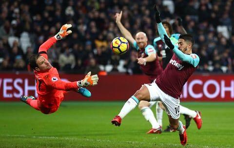 Manuel Lanzini, do West Ham, atira em Asmir Begovic de Bournemouth quando ambos os times ganham um ponto com um empate 1-1 no London Stadium.  Tanto West Ham quanto Bournemouth estão invictos em cinco jogos (W2 D3), suas corridas mais longas sem derrota na liga desde maio (também cinco).