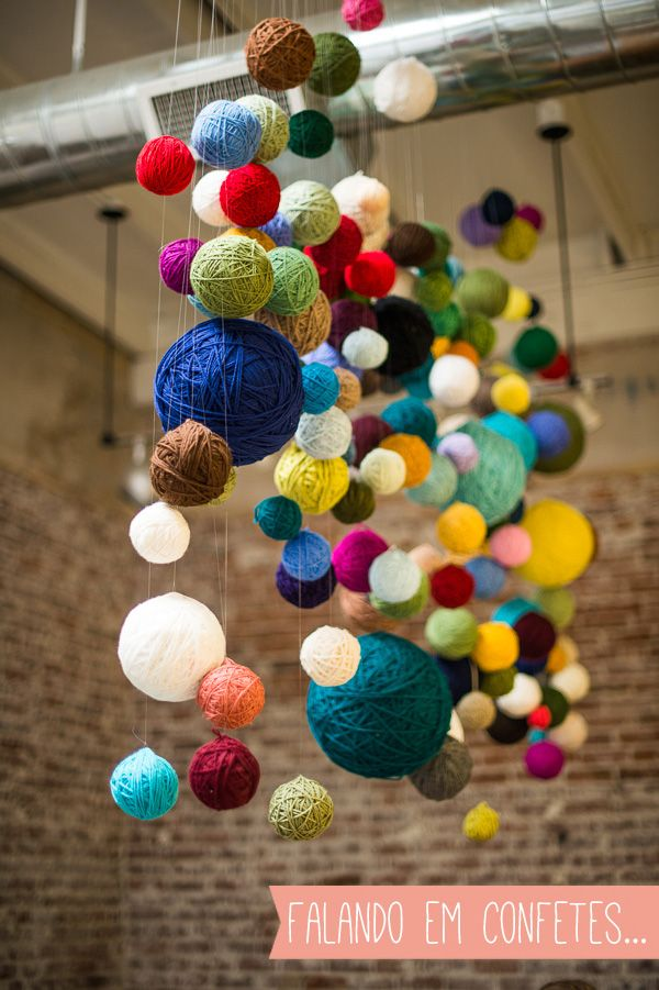 Cordões coloridos e parede de pixels