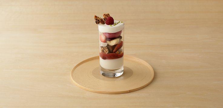 創業約500年のとらやがつくるもうひとつのお菓子 TORAYA CAFE。「TORAYA CAFE」の店舗・商品メニュー・ネットショップの紹介。六本木ヒルズ・表参道ヒルズにお店をかまえるトラヤカフェは、とらやの「あん」を使ったメニューが主役。季節の野菜を中心としたランチも充実。