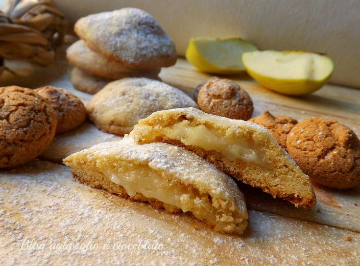 I Biscotti Amaretti e mele,sono dei deliziosi bocconcini morbidissimi e dal cuore cremoso che sa di mela http://blog.giallozafferano.it/rocococo/biscotti-amaretti-e-mele/