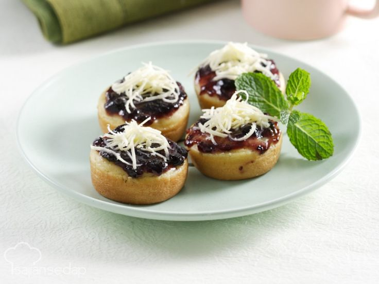 Resep Martabak Manis Mini Blueberry Keju bisa kita buat bersama si kecil di dapur untuk mengisi waktu luang weekend ini. Jadi, tidak masalah kan kalau hari minggu hanya di rumah saja?
