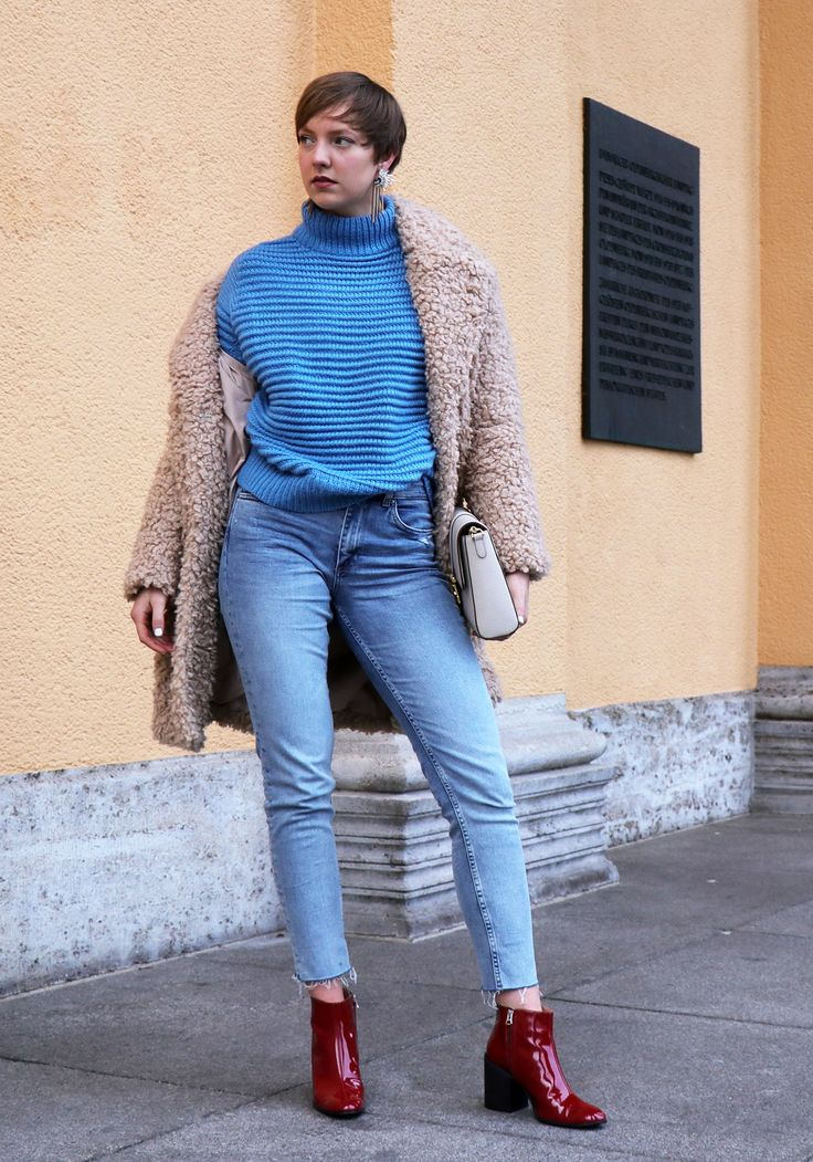#streetstyle #women #frauen #70s #80s #70er #80er #fashion #style #outfit #teddy #jacket #coat #jacke #mantel #jeans #strickpullover #designer #handbag #handtasche #2018 #germany #blogger #bloggerlook #bloggerstyle #hamburg #chandelier #jewellry #casual #chic #elegant #acne #studios #boots #red #vinyl #lack