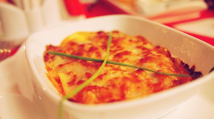 Facebook Pinterest Print EmailGiv den sædvanlige lagagne et nyt, frisk pust og prøv engang at bytte de traditionelle lasagneplader ud med skiver af søde kartofler. De smager super godt og bidrager med langt mere næring end almindelige lasagneplader. Den søde…