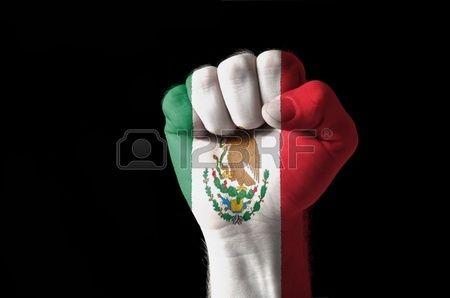 Low Key Bild von einer Faust in den Farben von Mexiko Flagge gemalt Stockfoto