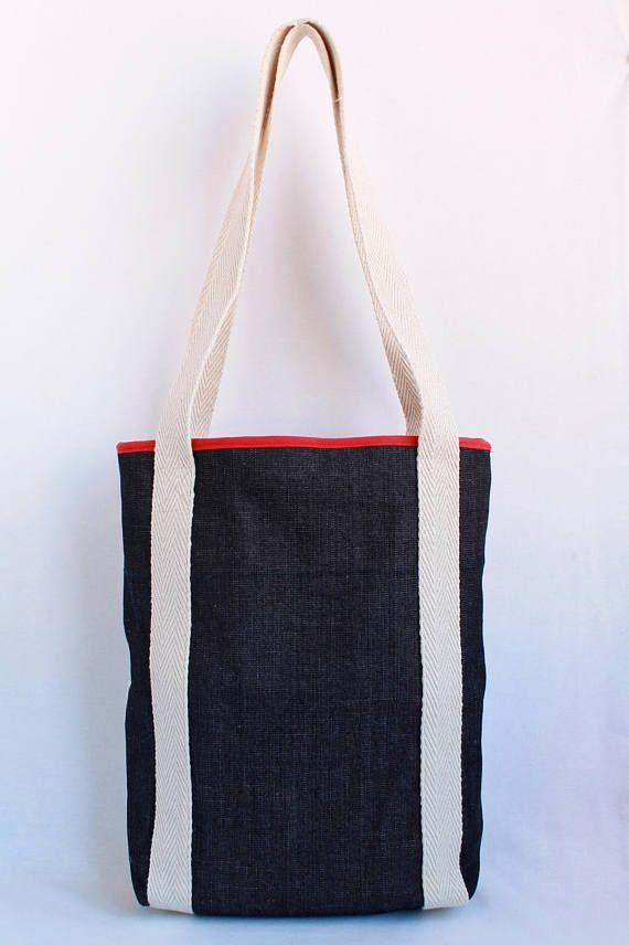 Tote Bag Marine-Stil. A4 Größe Tasche. Tragetasche für den täglichen, lässig und elegant. Es besteht aus blauen und weißen Baumwollstoff kombiniert mit blau schwarzen Jeans und rotem Innenfutter. Es gibt eine große Fronttasche. Das Gurtband ist weiß/Beige 100 % Baumwolle. Die Abmessungen sind: -Höhe ca., 34cm -Breite ca., 29 cm -Tiefe ca. 8cm ** Denken Sie daran, dass dies ein Produkt völlig handgemacht ist, so dass es möglicherweise eine kleine Variation von ein paar cm in den Dimensi...