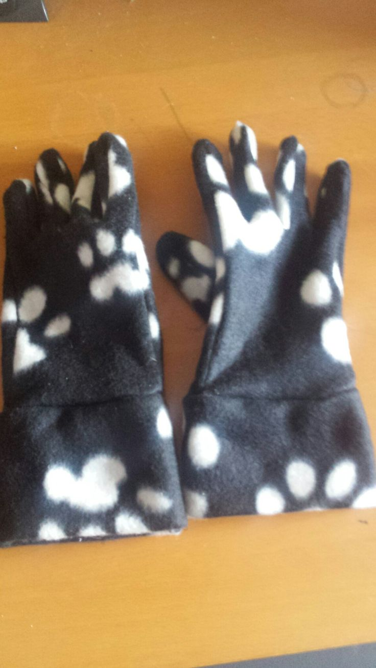 Fleece gloves, pattern by so-sew-easy.com http://so-sew-easy.com/easy-gloves-pattern-winter-comfort/?utm_source=MadMimi&utm_medium=email&utm_content=FREE+Gloves+Pattern%2C+Salvage+Damaged+Clothes%2C+Inexpensive+Sewing+Projects+and+much%2C+much+more&utm_campaign=20161225_m136632313_FREE+Gloves+Pattern%2C+Salvage+Damaged+Clothes%2C+Inexpensive+Sewing+Projects+and+much%2C+much+more&utm_term=Read+More