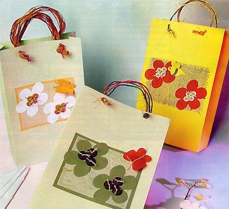 Из упаковочной бумаги или из обоев можно сложить вот такие пакеты для подарков