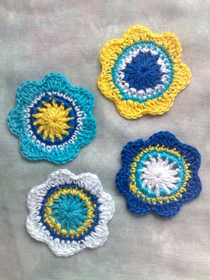 Gehäkelte Blumen, 4 gehäkelte Verzierungen, 5,5cm große Applikationen für Scrapbooking, Häkelblumen in weiß, türkis, blau und gelb von HaekelshopSetervika auf Etsy