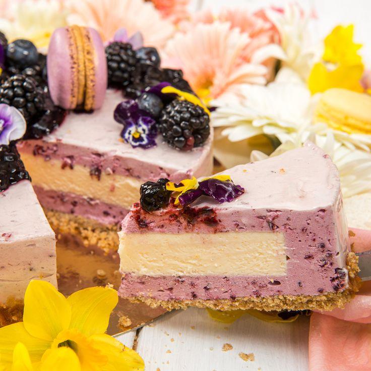 Reteta tortului are la baza un cheesecake de mure proaspete in combinatie cu un delicios mousse de mascarpone cu iasomie, iar ca decor, am optat pentru panselute comestibile, macaron de lavanda si un sos de afine care completeaza aromele acestui tort.
