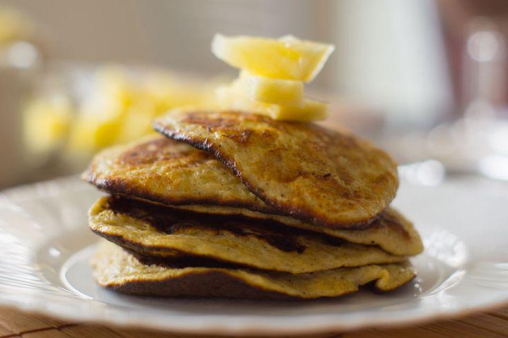Zdrowe i szybkie śniadanie - PLACKI BANANOWE bez mąki  Skład (10 małych placuszków):      2 średnie banany,     2 jajka,     opcjonalnie przyprawy np. wanilia, cynamon itp.      Banany obrać ze skórki i rozgnieść widelcem na jednolitą paćkę,     Do bananów wbić jajka,     Przy pomocy widelca połączyć jajka i banany,     Na odrobinie oleju, bądź suchej patelni smażyć małe placuszki,     Gdy pojawią się bąbelki przewracać na drugą stronę i smażyć do zarumienienia.