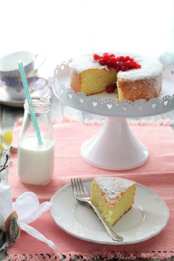 La torta al latte caldo è un dolce semplice e sofficissimo, perfetto per una sana colazione o una golosa merenda. La torta diventa soffice come una nuvola grazie al latte caldo che si versa nella massa montata a base di uova, inoltre è anche un ottima base per dolci decorati con creme, panna e fru…
