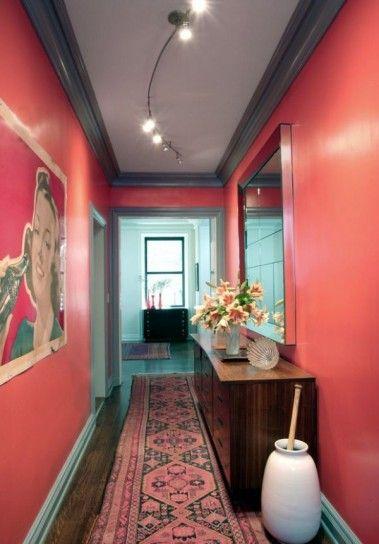 Corridoio particolare - Qualche idea per illuminare un corridoio con pareti rosse.