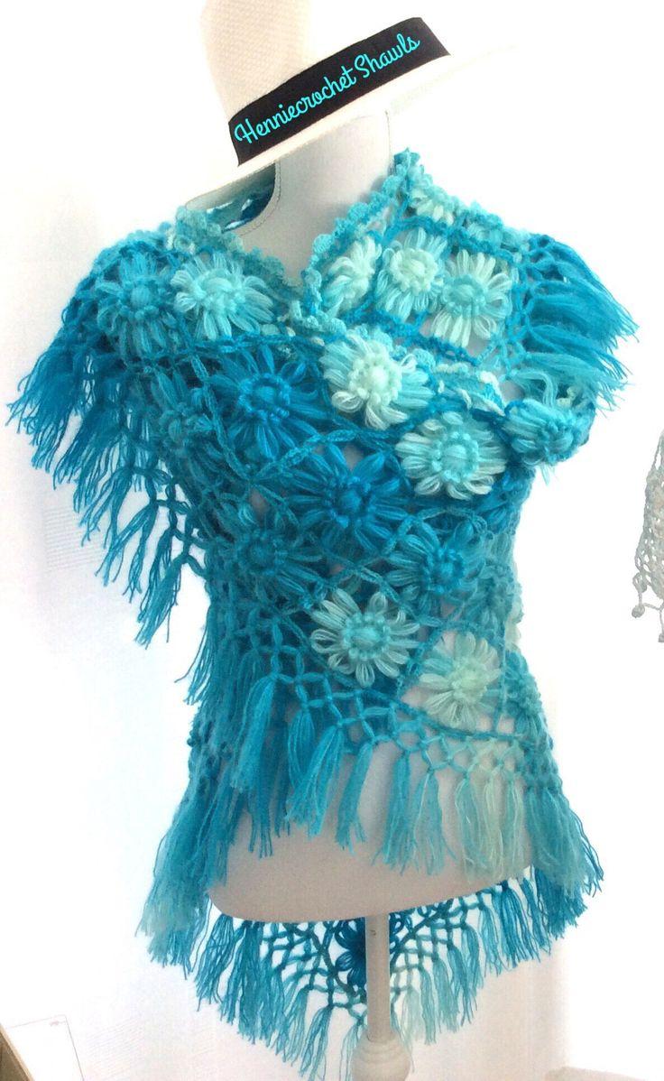 Blij om mijn nieuwste toevoeging aan mijn #etsy shop te kunnen delen: Kleding cadeau, omslagdoek, sjaal, franjes,bloemensjaal, cadeau voor haar, kerstcadeau, wrap, overlopende turkoise kleuren, cadeau voor haar #accessoires #sjaal #sjaalenomslagdoek #cadeauvoorhaar #wrap #gehaaktesjaal #bloemensjaal