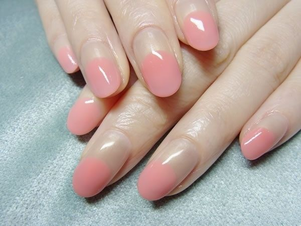 Like a reverse French manicure, I guess. There's something interesting about it. {photo.nail-common.com}